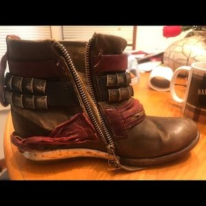 LEATHER FREE PEOPLE BOOTIES WITH ZIPPER.